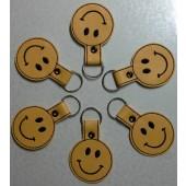 Sleutelhanger of tashanger Smiley BUG001 - geel kunstleer met zwart borduursel